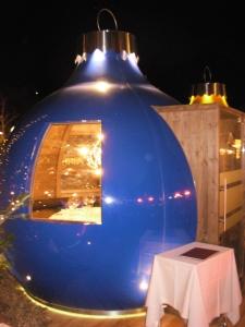 ristorante dentro una gigante palle di Natale